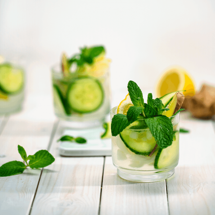 Zwei Gläser Wasser mit Zitrone, Gurke, Ingwer und Minzblätter