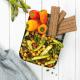 Eine Lunchbox mit Kichererbsensalat, grünem Spargel und LEICHT&CROSS