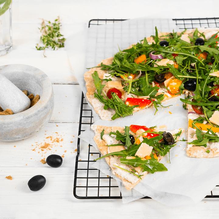 Paprikapizza mit Oliven, Rucola und LEICHT&CROSS Scheiben