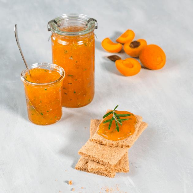 Aprikosen-Rosmarin-Marmelade im Glas mit LEICHT&CROSS Scheiben