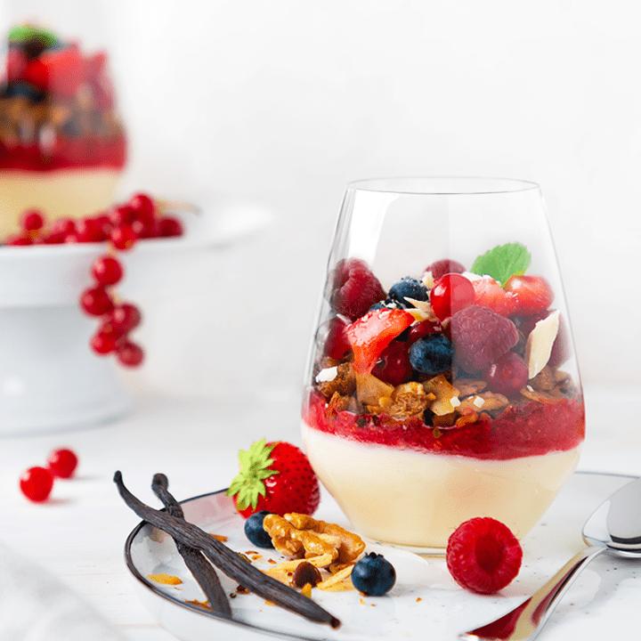 Granola mit Vanille-Joghurt und frischen Beeren